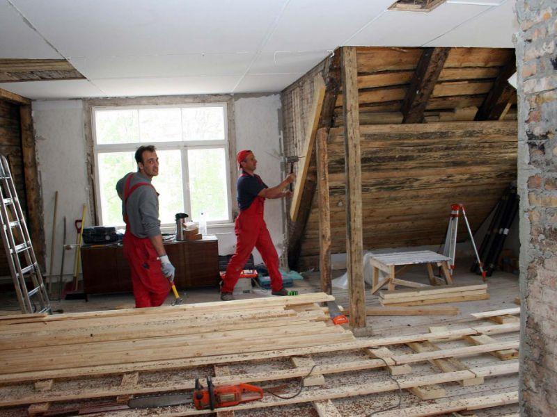 нанять бригаду строителей для строительства дома из дерева