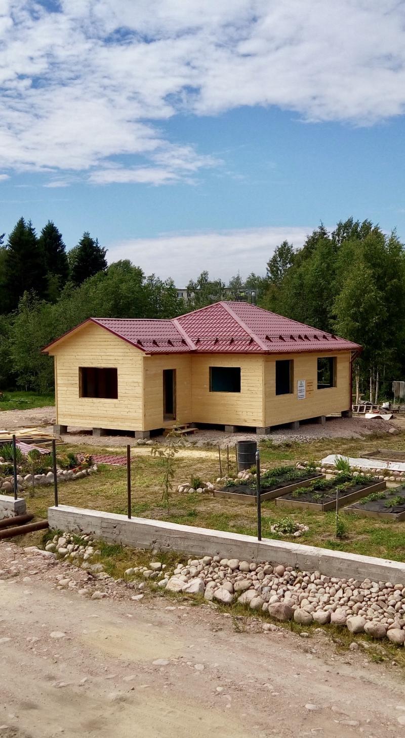 Одноэтажный, каркасно-щитовой дом 8х8 м и террасой 3x4.5 м.